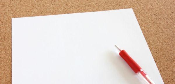 赤ボールペンと紙