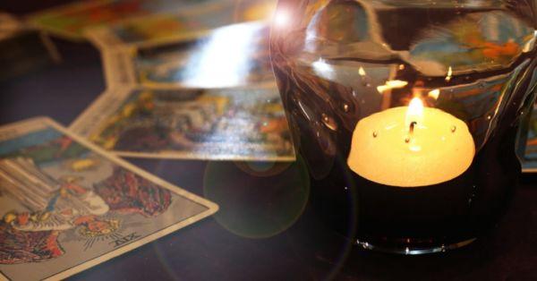 キャンドルとタロットカード