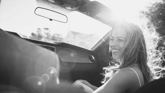 ドライブデート カップル 見つめる 光