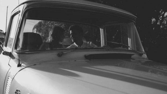 ドライブデート 見つめ合うカップル
