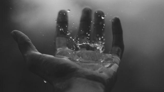 濡れた手のひら 力 水 水滴 エネルギー