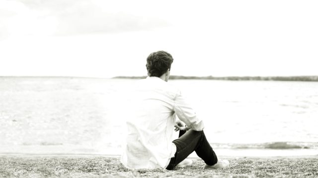 海を見つめる男性 ビーチ 浜