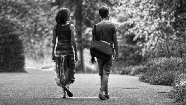 道を歩くカップル