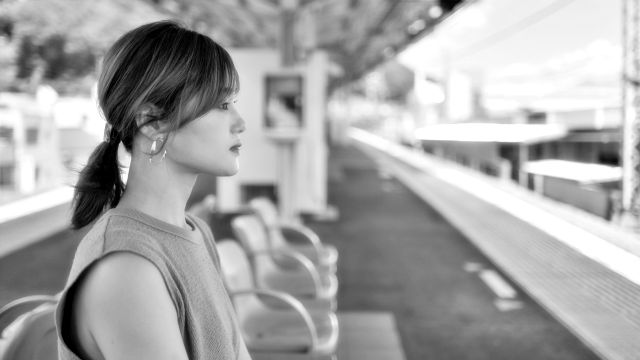 駅のホーム 女性