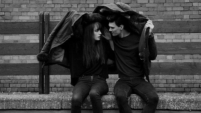 通り雨 傘がないカップル デート