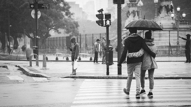 カップル 雨の日デート 相合い傘