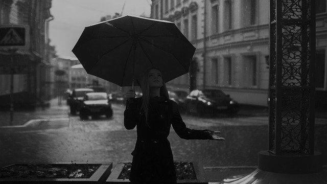 女性 雨の日 デート 傘