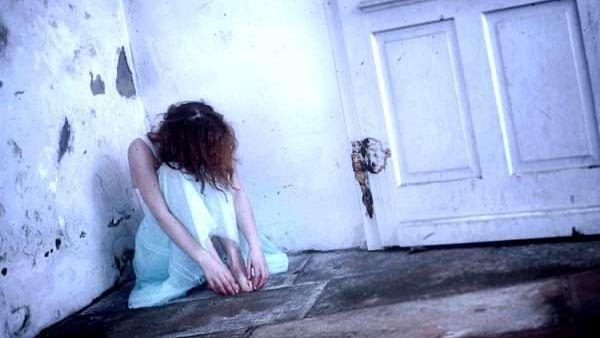 うなだれる女性 落ち込む女性 失恋 悲しい