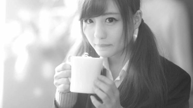 コーヒーを飲む女性 見つめる 緊張 不安 告白