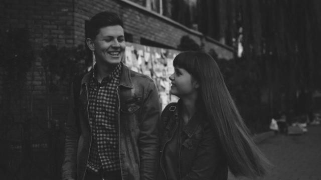 付き合いたてのカップル デート 笑顔