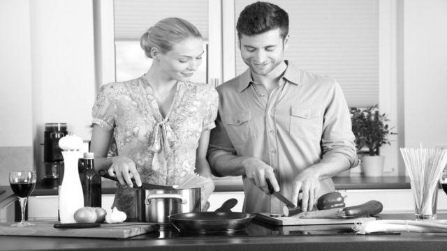 料理をするカップル キッチン