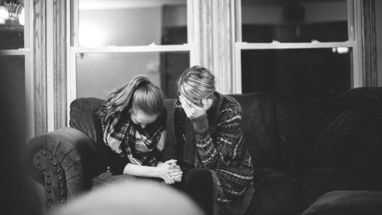 女性 友達 悲しむ 泣く祈る