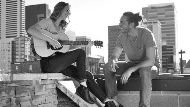ギターを弾いて歌うカップル 友達 仲良し