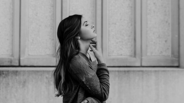美しい女性 横顔 目を閉じる のどを触る