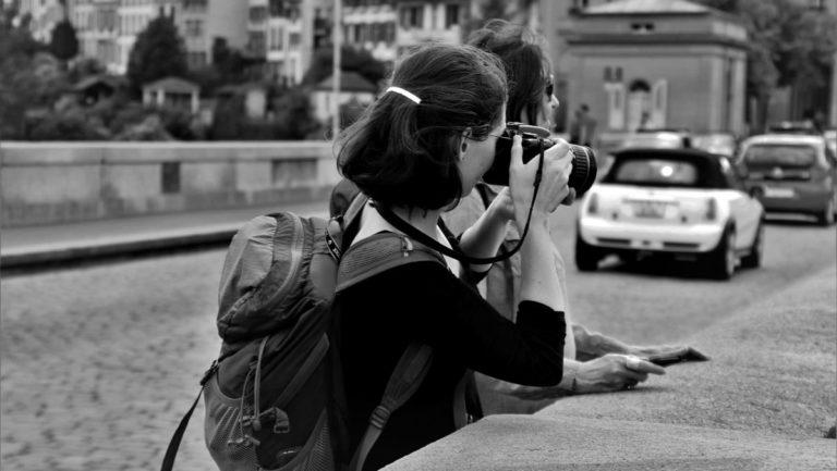 カップル 旅行 カメラで写真を撮る