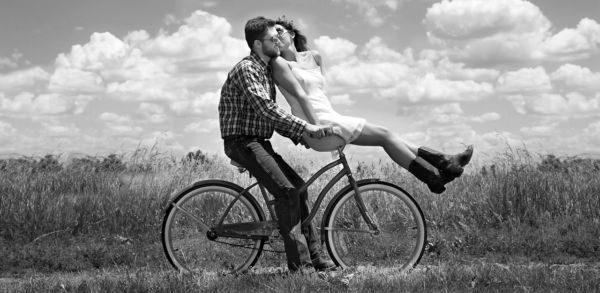 カップル サイクリングデート キス