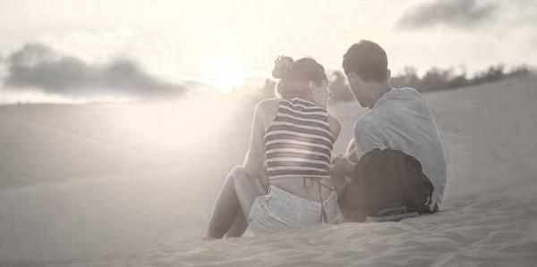 カップル 海 砂浜 デート 夕日
