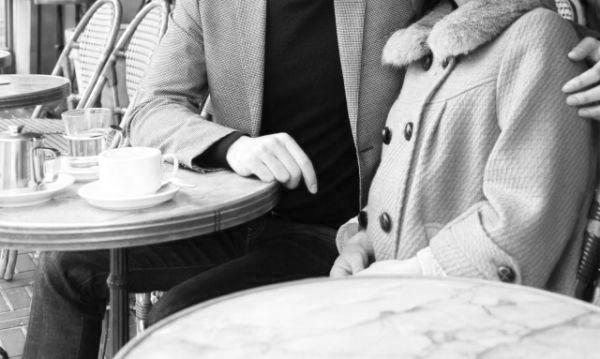 カップル デート 肩を抱く カフェ