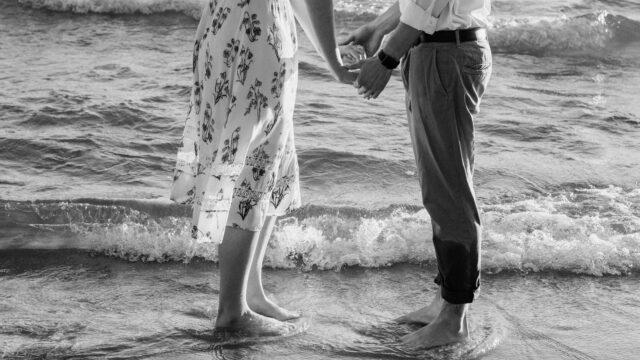 カップル 浜辺 海 ビーチ 手を繋ぐ 出会い