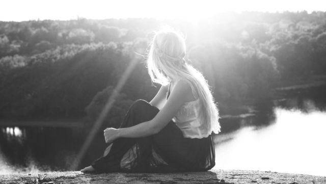 山頂で夕日を眺める女性 自然 光 希望 孤立