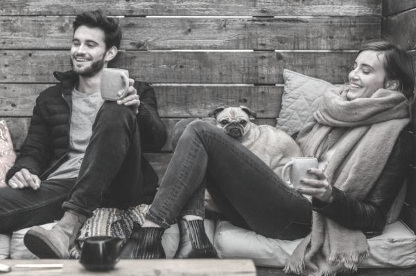 カップル 犬 カフェ くつろぐ 笑顔