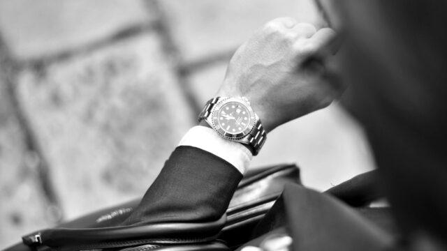 時計を見るビジネスマン 男性 忙しい 時間がない