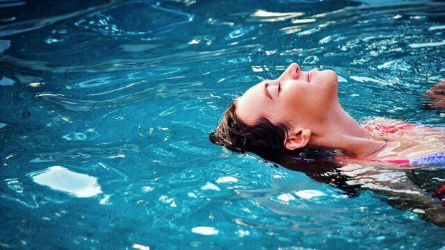スパ施設 プールで泳ぐ女性 リラックス