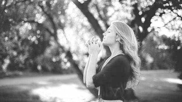祈る女性 お祈り 感謝 瞑想 運命の人