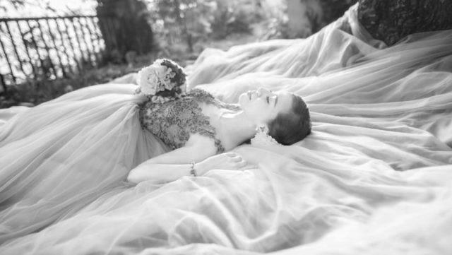 女性 新婦 ウエディングドレス 結婚式 ブーケ 寝る