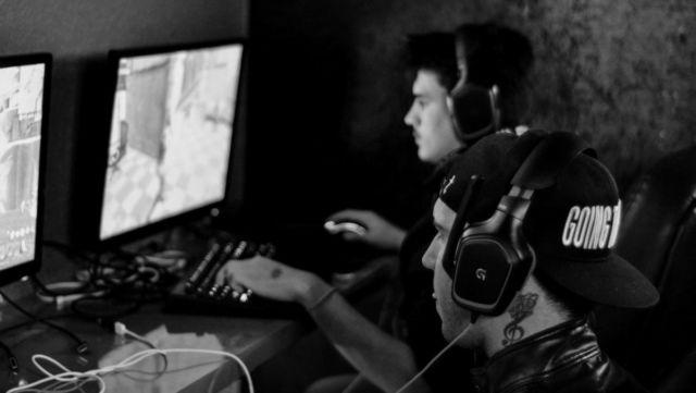 ゲームをする男性 PC