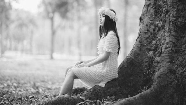 花飾り 女性 自然 森林 リフレッシュ