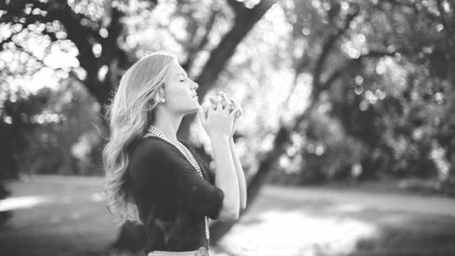 祈る女性 手を併せる 感謝 祈り 希望 瞑想 自然 光 健康