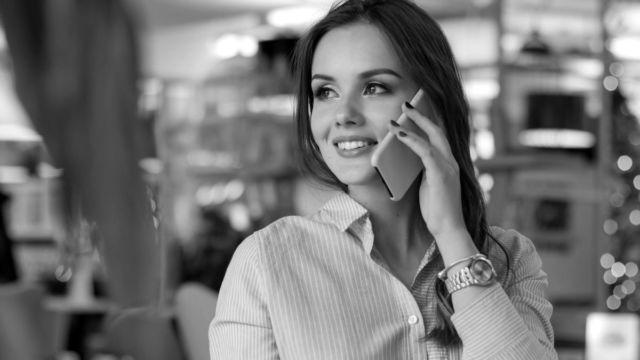 電話をする女性 スマホ トーク カフェ