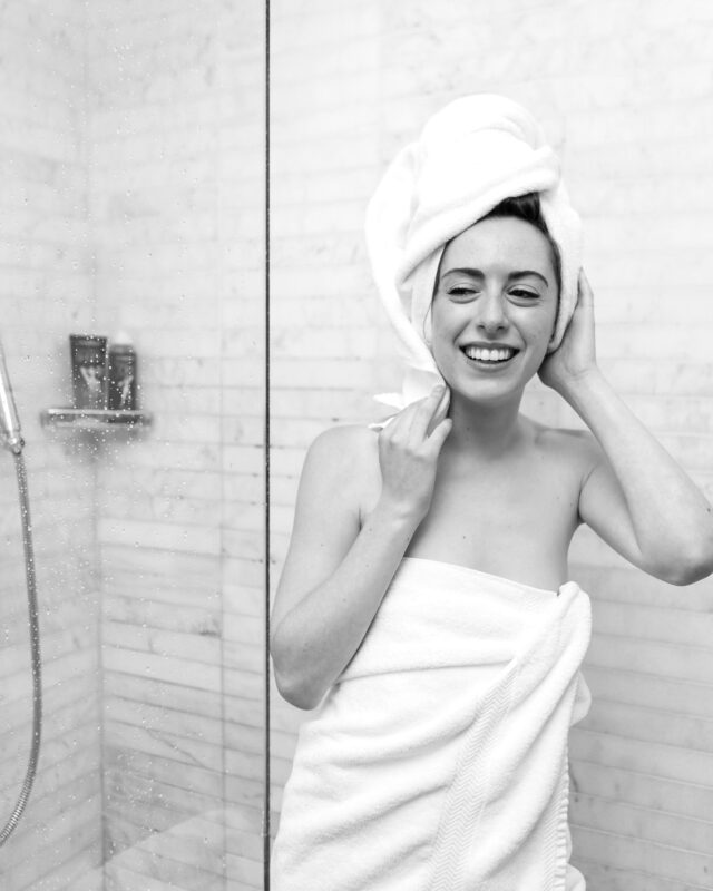 お風呂上がりの女性 タオル 笑顔