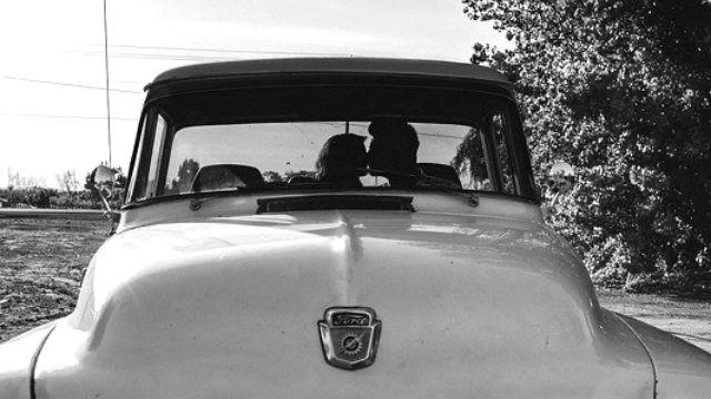 車の中でキスするカップル