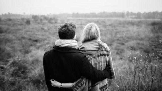 草原を眺めるカップル