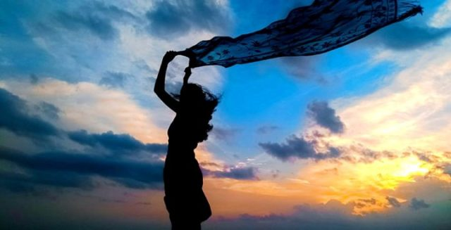 女性 スカーフ 風 夕方 空