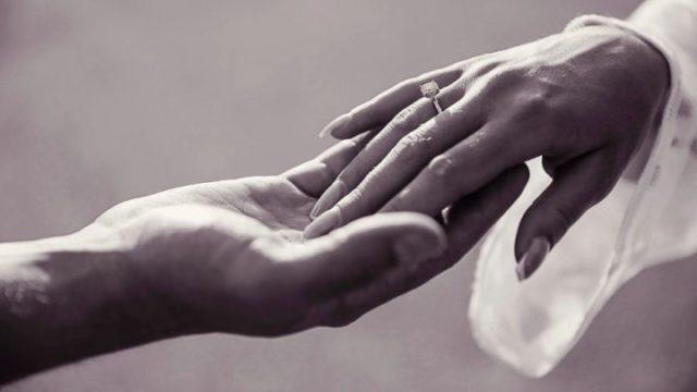 結婚式 指輪 手をつなぐ 手を差し伸べる