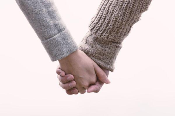 手をつなぐ 恋人つなぎ