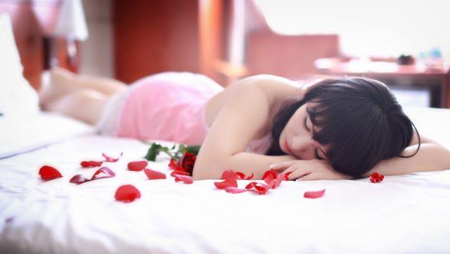 ベッドに横たわる女性 睡眠 寝る