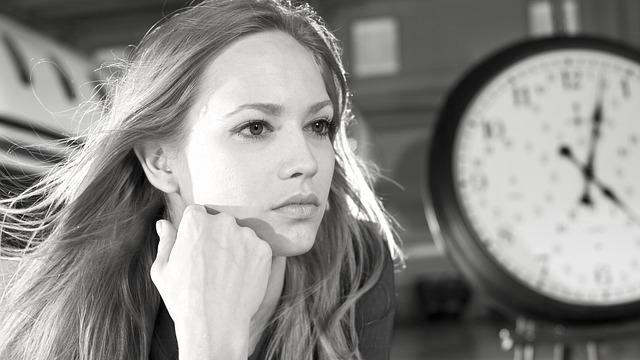 女性 時計 見つめる 考える 頬杖