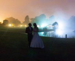 結婚式を夜に挙げる時のメリットとデメリット