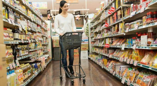 女性 買い物 スーパーマーケット