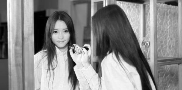 女性 鏡 リップ 笑顔