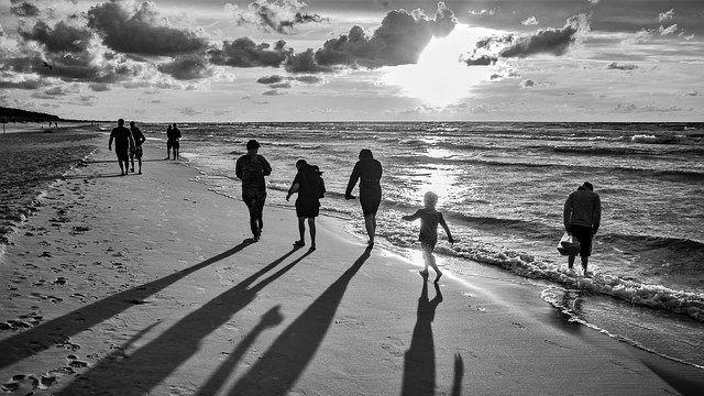 家族 ビーチ 浜辺 海 旅行