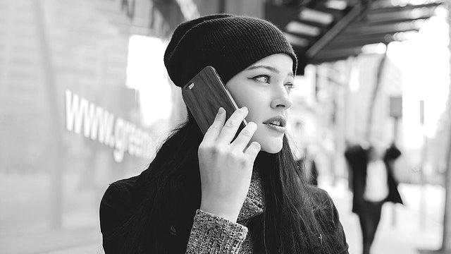 電話をする女性 スマホ