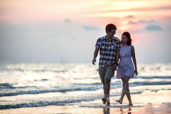 カップル 恋人つなぎ 海辺 手をつなぐ