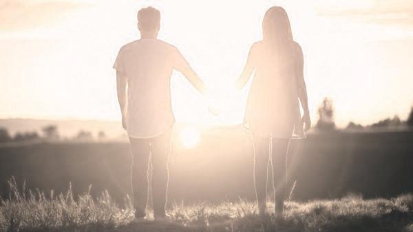カップル 手をつなぐ 恋人つなぎ 夕日