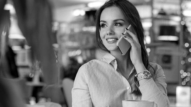 笑顔で電話をする女性 スマホ