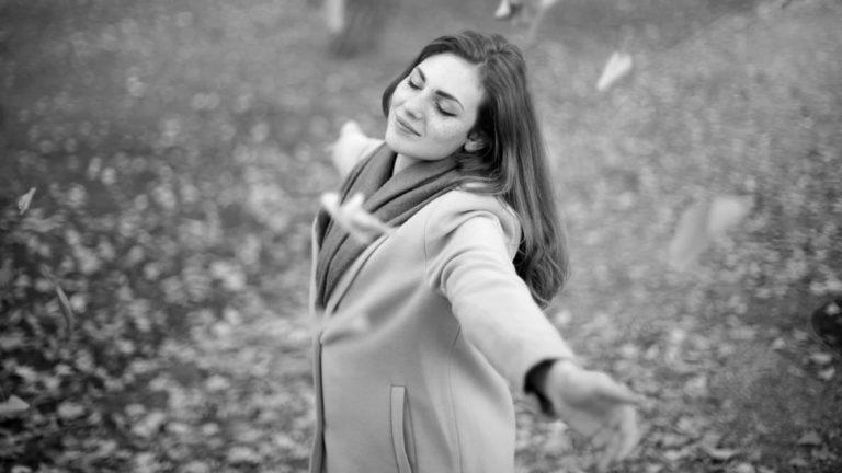 秋を感じる女性 手を広げる